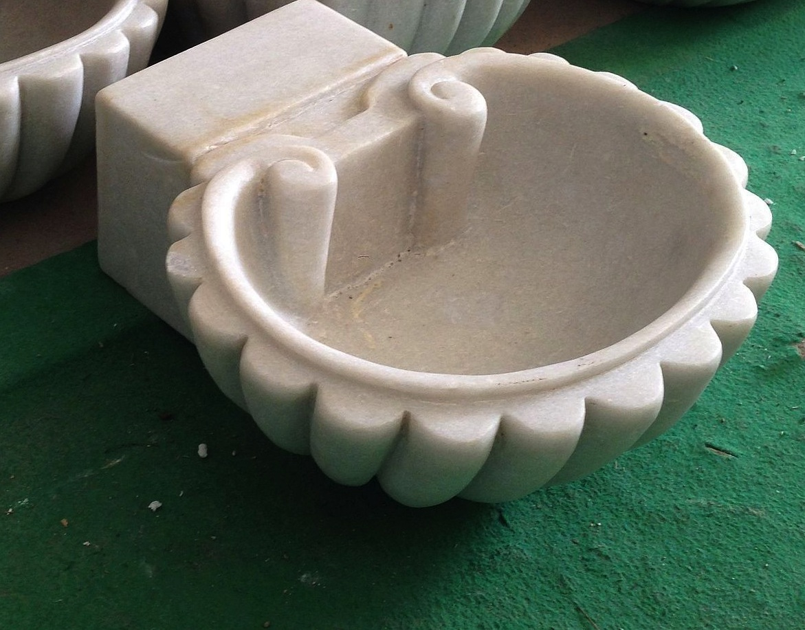 Acquasantiera in marmo bianco a forma di conchiglia
